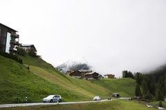 I villaggi di Tschlin e di Ramosch accanto alla strada ed alla via per vanno a Samnaun è un alto villaggio alpino Fotografia Stock