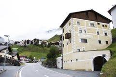 I villaggi di Tschlin e di Ramosch accanto alla strada ed alla via per vanno a Samnaun è un alto villaggio alpino Fotografia Stock Libera da Diritti