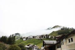 I villaggi di Tschlin e di Ramosch accanto alla strada in mezzo vanno a Samnaun è un alto villaggio alpino Fotografia Stock