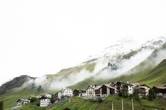 I villaggi di Tschlin e di Ramosch accanto alla strada in mezzo vanno a Samnaun è un alto villaggio alpino Immagini Stock Libere da Diritti