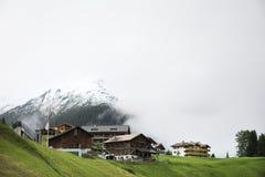 I villaggi di Tschlin e di Ramosch accanto alla strada in mezzo vanno a Samnaun è un alto villaggio alpino Immagine Stock