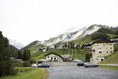I villaggi di Tschlin e di Ramosch accanto alla strada in mezzo vanno a Samnaun è un alto villaggio alpino Fotografia Stock Libera da Diritti