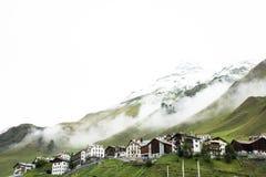 I villaggi di Tschlin e di Ramosch accanto alla strada in mezzo vanno a Samnaun è un alto villaggio alpino Immagini Stock