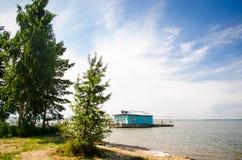 I villeggianti prendono il sole e nuotano alla spiaggia al vecchio pilastro Fotografie Stock Libere da Diritti