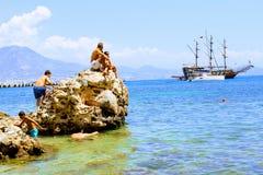 I villeggianti prendono il sole su una roccia enorme nel mare Alanya, Turchia Fotografie Stock