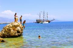 I villeggianti prendono il sole su una roccia enorme nel mare Alanya, Turchia Immagini Stock Libere da Diritti