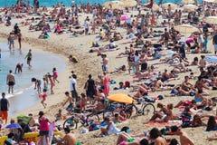 I villeggianti prendono il sole sulla spiaggia Fotografie Stock