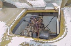 I vinter den öppna luckan av denmekaniker behållaren t-70 av det andra världskriget Arkivfoton