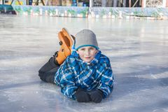 I vinter finns det en lycklig pojke på isbanan Royaltyfri Bild