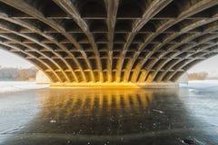 I vinter sjön som frysas under bron Royaltyfria Foton