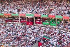 I visori stanno guardando un bullfight in arena Toros Immagine Stock Libera da Diritti