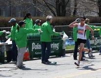 I volontari incoraggiano i corridori durante Boston marzo Immagini Stock