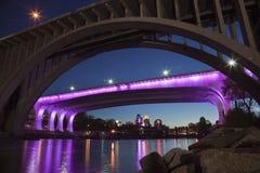 I-35W die brug in Minneapolis met purpere lichten ter ere van P wordt aangestoken Stock Foto's