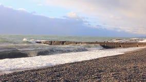 I wawes del mare hanno lavato i ciottoli e l'attracco video d archivio