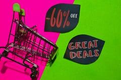 60% i Wielkie transakcje Daleko tekst i wózek na zakupy Dyskontowy i promocyjny biznesowy pojęcie na kolorowym tle zdjęcie royalty free