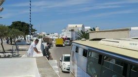 Ia,圣托里尼小岛的希腊镇都市风景  通过一条小路的公共汽车 沥青汽车阻塞无缝的业务量向量墙纸 影视素材