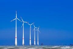 Ia de cinco moinhos de vento uma fileira na paisagem do inverno Fotografia de Stock