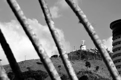 Ia do ³ de Lindà dos guas do  de Ã, SP/Brasil: Estátua de Cristo vista da base da montanha Imagem de Stock Royalty Free