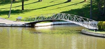 Ia do ³ de Lindà dos guas do  de Ã, SP/Brasil: Uma ponte arqueada sobre a lagoa de água em um parque em um dia ensolarado Foto de Stock
