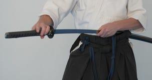 Κύρια πρακτική Iaido Επίδειξη πολεμικών τεχνών στο dodjo απόθεμα βίντεο
