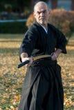 Iaido instruktör med hans svärdkatana royaltyfri foto