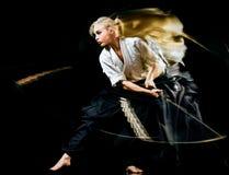 Iaido Kenjutsu budoka kobiety odosobniony czarny tło obraz royalty free