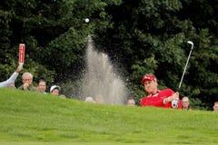 Ian Poulter joue un bunkershot. Image stock