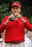 Ian Poulter utilizza un dispositivo di misurazione di distanza del laser Fotografia Stock