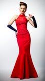 Iancee dans la robe de mariage rouge. Coiffure de beauté Photos stock