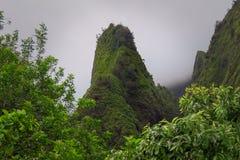 Iao igły zieleni szczyt otaczający mglistymi chmurami, Iao stanu Dolinny park, Hawaje zdjęcia stock