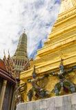Iaque-sa na base do chedi com fundo o templo do publice Imagens de Stock Royalty Free