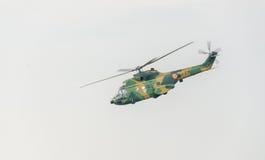 IAR-Puma elicopter Fliegen im Himmel, bremst aerobatic Lizenzfreies Stockfoto