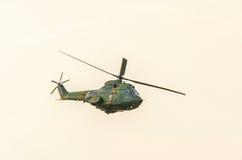IAR-Puma elicopter Fliegen im Himmel, bremst aerobatic Lizenzfreie Stockbilder