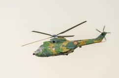 IAR-Puma elicopter Fliegen im Himmel, bremst aerobatic Stockfotografie