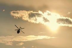 IAR-Puma elicopter Schattenbildfliegen im bewölkten Himmel Lizenzfreie Stockfotos