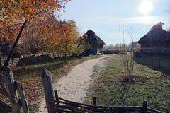 Iarda, in cui ci sono tre vecchie case e varie di estate di legno Fotografia Stock
