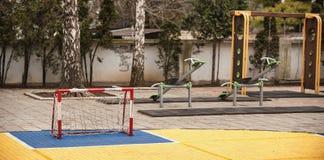 Iarda del campo da giuoco dei bambini con lo scopo, le oscillazioni e la s di calcio di calcio Fotografia Stock Libera da Diritti