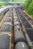 Iarda della ferrovia con i vagonetti della tramoggia per il carbone e del carro armato Fotografia Stock Libera da Diritti