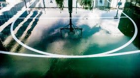 Iarda della palla del canestro dopo pioggia Immagine Stock