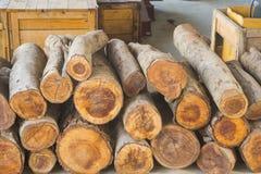 Iarda di legname con legname impilato fotografia stock