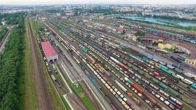 Iarda ferroviaria con molti linee ferroviarie e treni merci, scalo di smistamento del trasporto di ferrovia, ferrovie russe stock footage