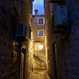 Iarda illuminata lanterna della via nella vecchia città di Budua fotografia stock