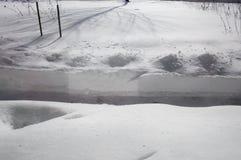 Iarda innevata con il percorso spalato dopo una bufera di neve fotografie stock libere da diritti