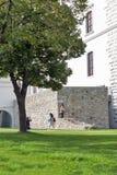 Iarda interna del castello di visita dei turisti a Bratislava, Slovacchia Immagini Stock