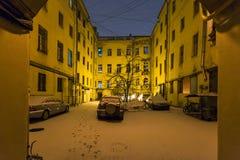 iarda urbana nella città di St Petersburg in precipitazioni nevose di notte Immagini Stock Libere da Diritti