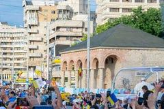 Iasi,罗马尼亚- 2019年5月:papamobile走的教皇方济各通过人群 库存照片