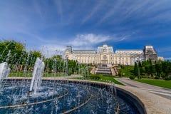 IASI, ROEMENIË - 23 MEI 2015: Restaurated het Iasi Culturele Paleis die met een mooi groen park op een zonnige de lentedag met dr Royalty-vrije Stock Foto's