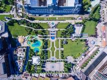 Iasi, Romênia, em julho de 2017: Centro de cidade da alameda e do Iasi do palácio foto de stock