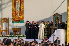 Iasi, Romênia - em maio de 2019: O Papa Francisco na fase está rezando com seus irmãos fotos de stock
