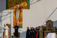 Iasi, Romênia - em maio de 2019: Papa Francisco na fase que escuta as palavras dos agradecimentos fotos de stock